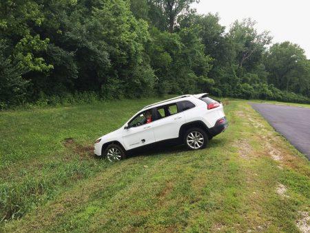 Źródło: https://www.wired.com/2015/07/hackers-remotely-kill-jeep-highway Przejęty przez autorów ataku samochód kończy swój bieg w rowie…